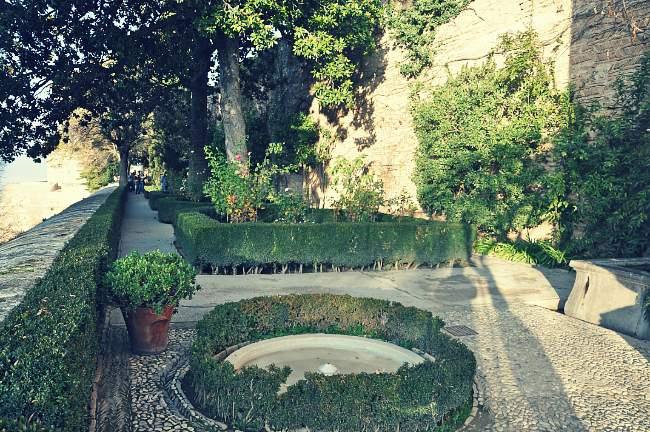 El Jardín de los Adarves bajo la Alcazaba de la Alhambra