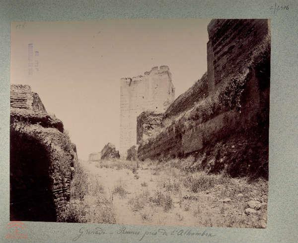 La Torre del homenaje en estado de ruina alhambra granada