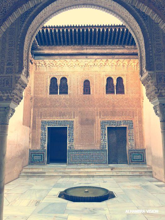 Vista de la Fachada del Patio del Mexuar desde el Cuarto Dorado. Alhambra