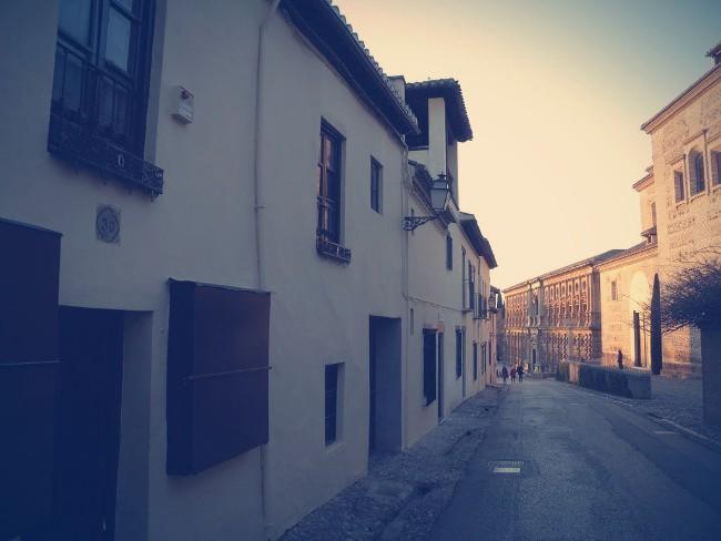 Calle Real de la Alhambra mirando hacia el Palacio de Carlos V