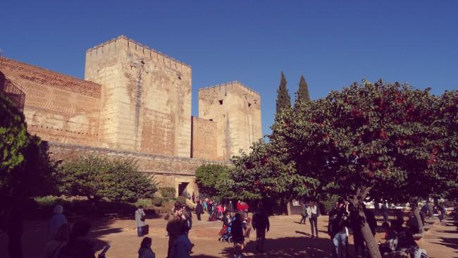 Plaza de los Aljibes frente a la Alcazaba de la Alhambra