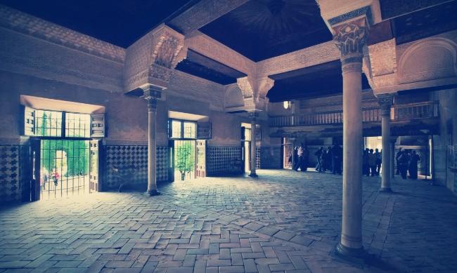 La Sala del Mexuar con el Patio de Machuca al otro lado de las ventanas