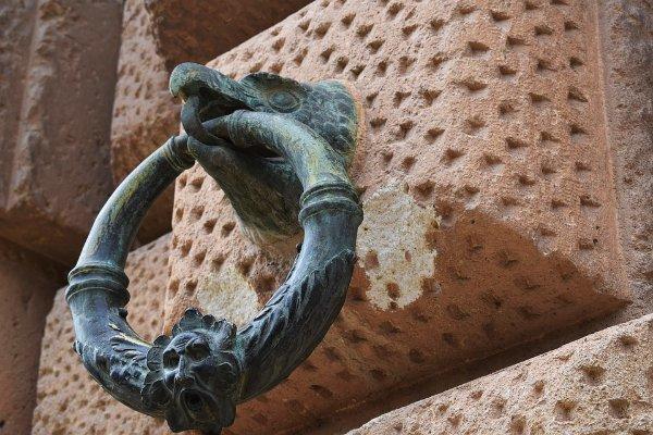 Detalle de un anillo de bronce en el Palacio de Carlos V