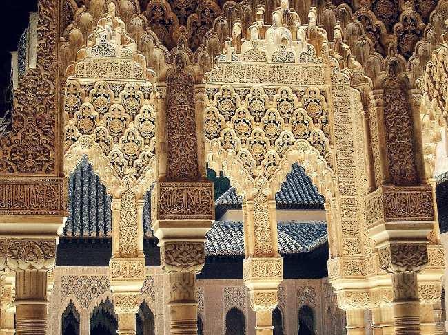Detalles de las columnas y mocárabes del Patio de los Leones